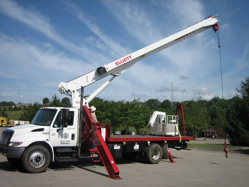 2006 International 4300 Truck with Elliot 1800 Boom and Basket