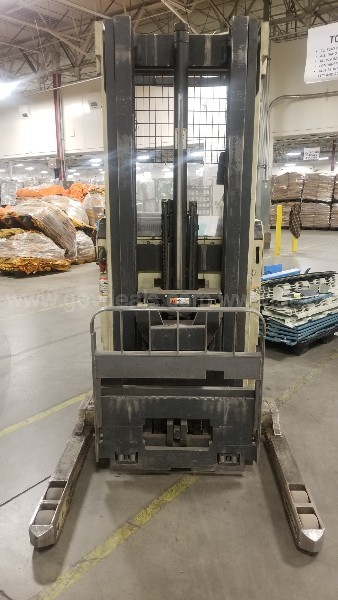CROWN STAND-UP FORKLIFT