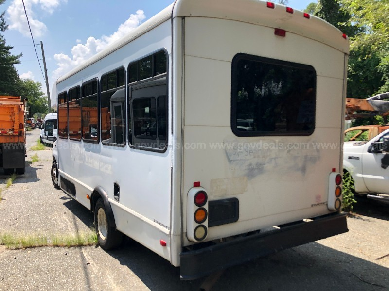 2010 Ford Econoline E450 Shuttle Bus with Lift