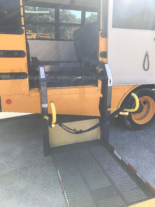 2007 Freightliner Handicap Bus Chassis with lift gate for wheelchair