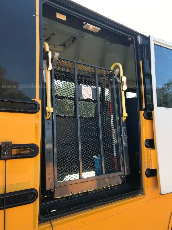 2008 Freightliner Bus Chassis Handicap bus with wheel chair lift