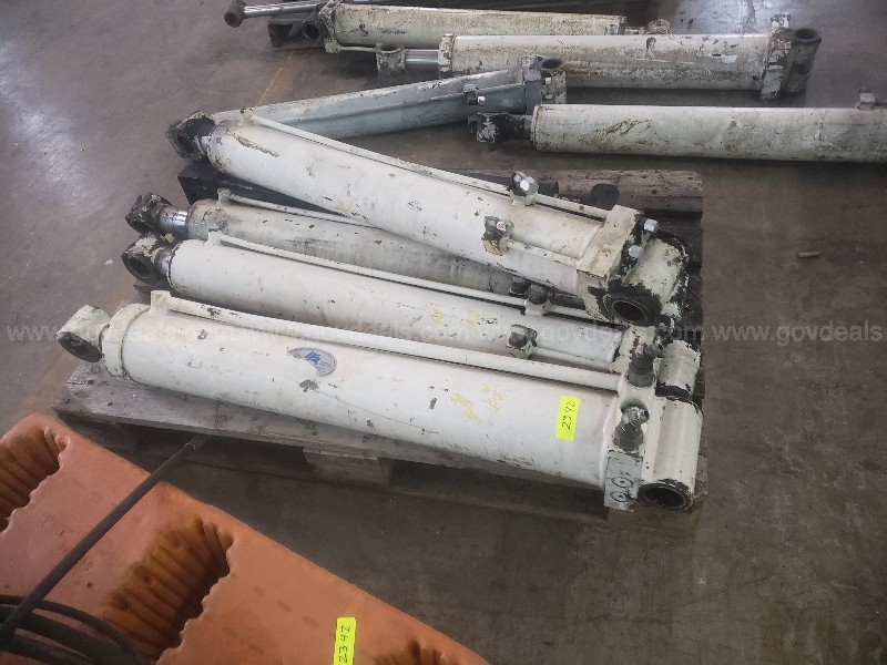 Large Lot of 35 Hydraulic Cylinders