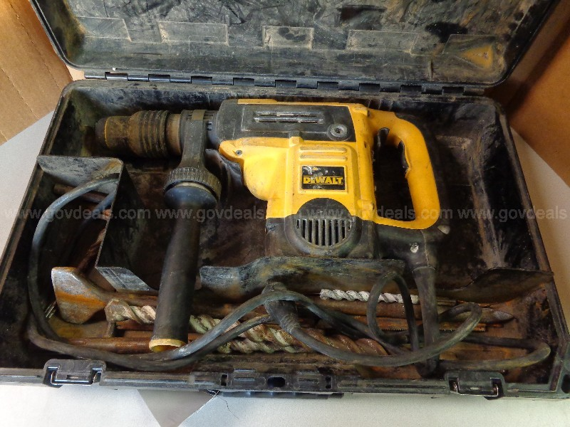 (1) USED DEWALT HAMMER DRILL SET WITH DRILL BITS AND CASE.