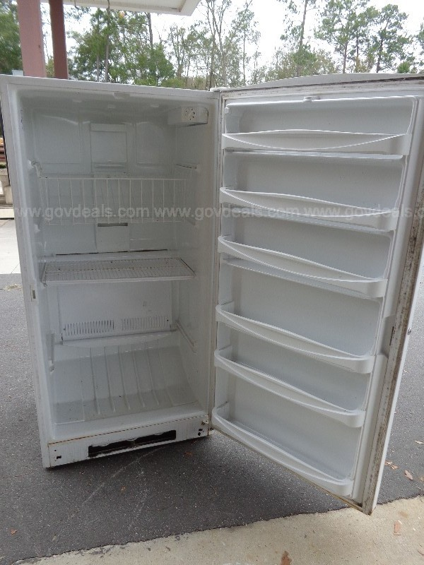 (1) USED MAYTAG UPRIGHT FREEZER IN WHITE [REPAIRABLE/ FOR PARTS]