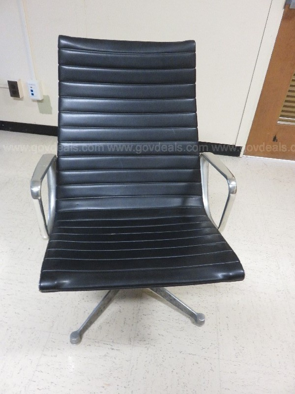 Early Eames Aluminum Group Lounge Chair with Herman Miller Stamp