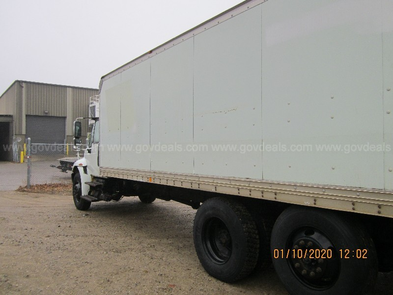 2005 International 4400 Box Truck with liftgate - runs however tow away